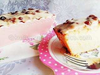 Сладкиш с кокосово брашно и крем от заквасена сметана със сладко от горски ягоди