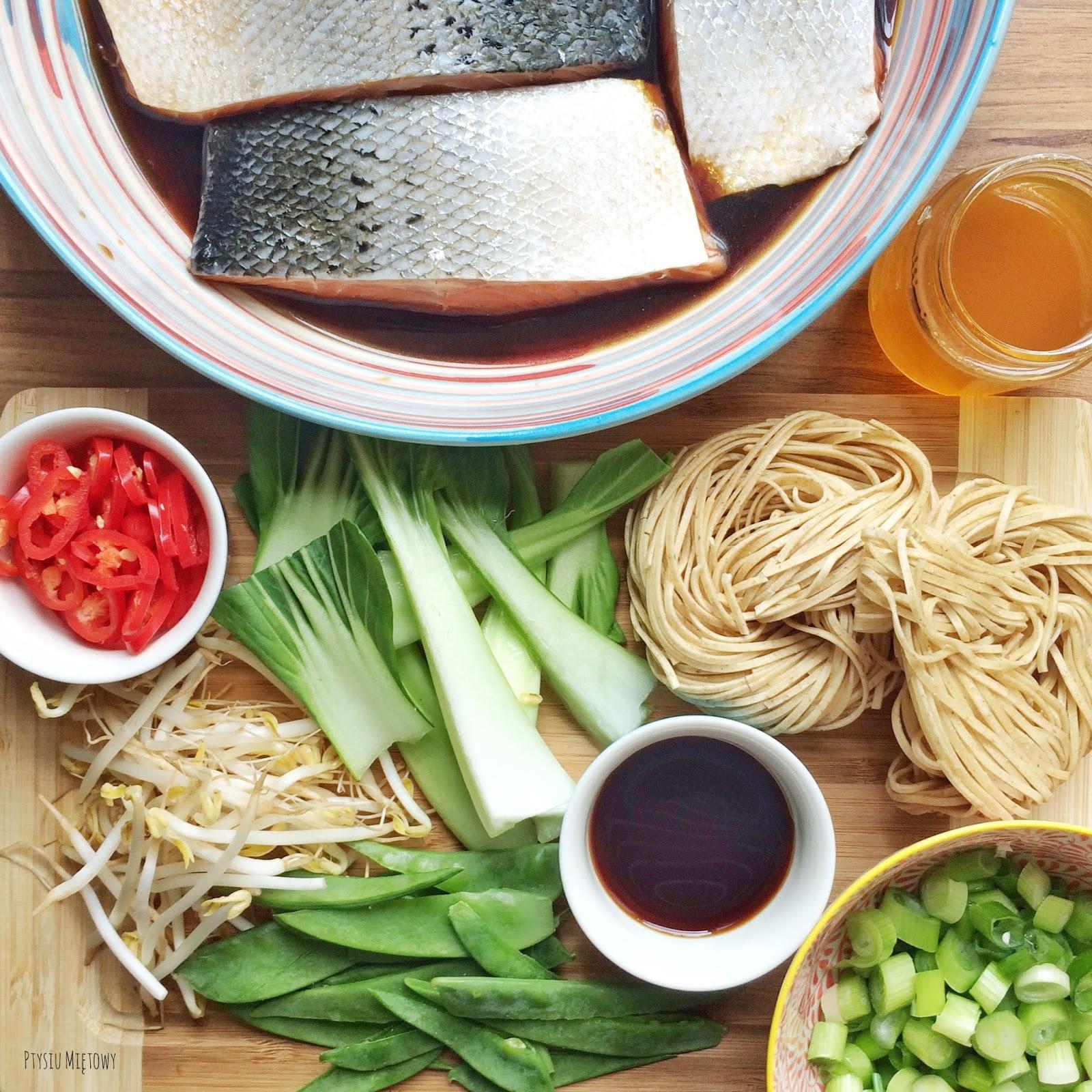 Makaron soba noodles, chrupiące warzywa, ptysiu miętowy, teriyaki, japońskie jedzenie