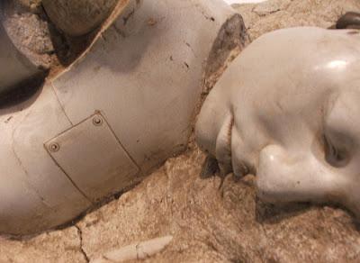 Escultura  simulando fósil de robot