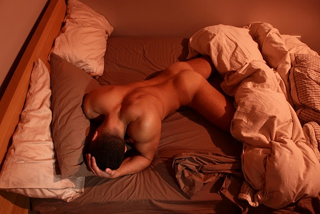 спит голый мужик на кровати участники участницы момент
