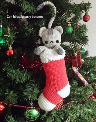 http://conhiloslanasybotones.blogspot.com.es/2016/12/chester-curious-christmas-cat-amigurumi.html