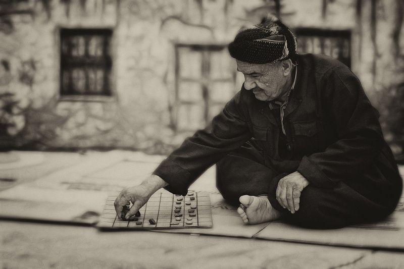 adulto mayor jugando juegos de mesa