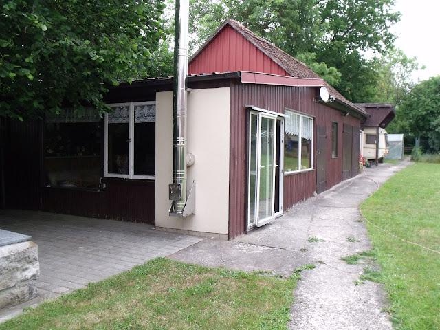 vorne Hüttenzauber, dahinter Werkstattscheune im Ur-Zustand von 2011 (c) by Joachim Wenk