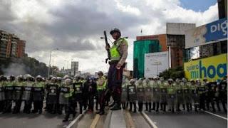 La policía despejó por la fuerza una autopista ocupada por manifestantes (EFE) La policía despejó por la fuerza una autopista ocupada por manifestantes (EFE)
