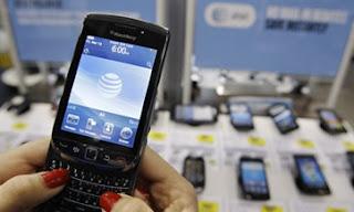 En el ultracompetitivo mundo de la tecnología móvil, vales tanto como tu última innovación. De allí que las marcas se encumbren y caigan a una velocidad vertiginosa. Pero aun bajo esos estándares acelerados, la caída de Research in Motion (RIM) este año ha sido súbita y brutal. Las acciones de RIM han perdido más del 50% de su valor desde febrero, y su cuota en el mercado estadounidense de los smartphones ha decrecido de 34% a 24% en los últimos ocho meses. El teléfono BlackBerry solía ser el celular más codiciado hasta la llegada del iPhone de Apple y de