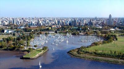 Panorámica de la capital de la República Argentina, situada en la región centro-este del país, sobre la orilla occidental del río de la Plata.