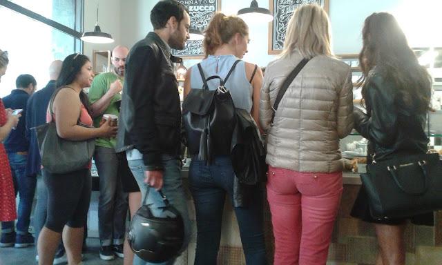 האיטלקים שותים קפה בעמידה
