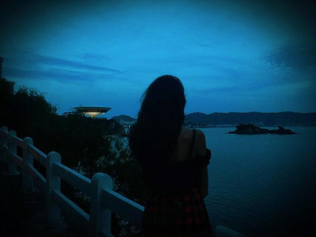 blog-aquecida-blogaquecida-cida-silva-garota-na-ponte-fim-de-dia-inicio-de-noite-nublado-horizonte-crepúsculo-texto-escritos-escritora