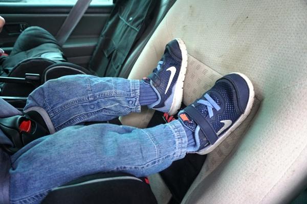 Nogi w foteliku RWF, butry dziecięce nike flex performance