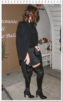 ミランダ・カー(Miranda Kerr )は、アクネストゥディオズ (Acne Studios)のコート、シャネル (Chanel)のカメラバッグ、マノロブラニク (Manolo Blahnik)のサイハイブーツを着用。