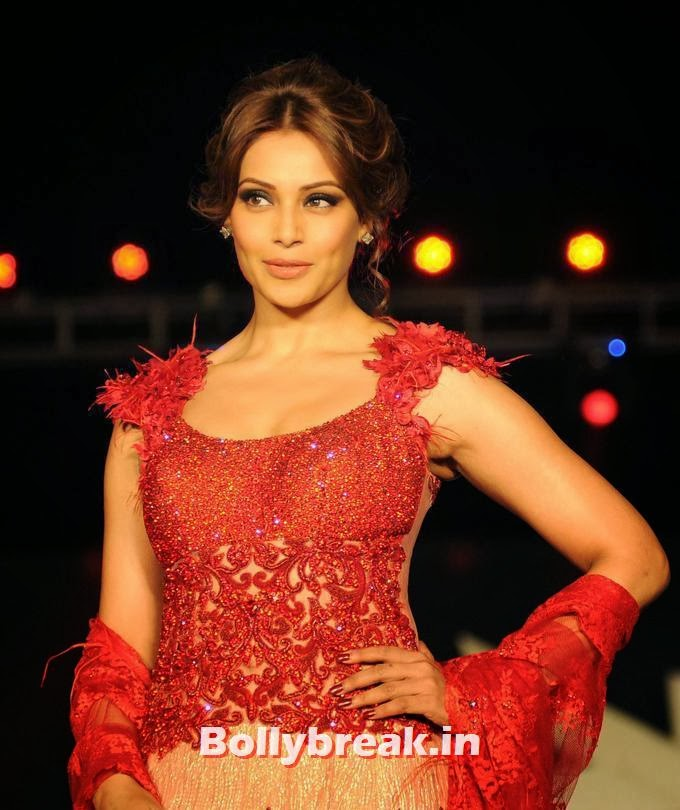 , Bipasha Basu at Rohit Verma fashion show Warps & Wefts