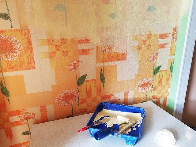 переделка - покраска кухни своими руками: закрашиваю предыдущий взрыв красок первым слоем...