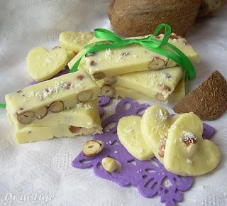 Domowa biała czekolada z orzechami laskowymi/wiórkami kokosowymi