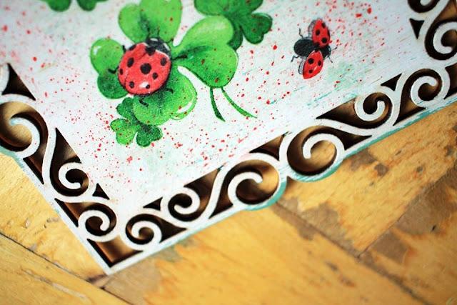 wiosenne motywy i kolorystyka na tabliczce ozdobionej decoupage'm