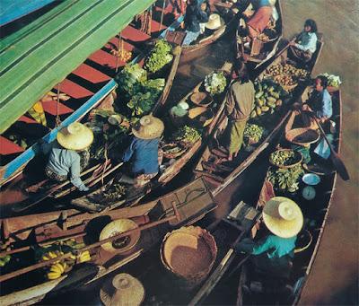 Foto kesibukan di Pasar terapung Bangkok