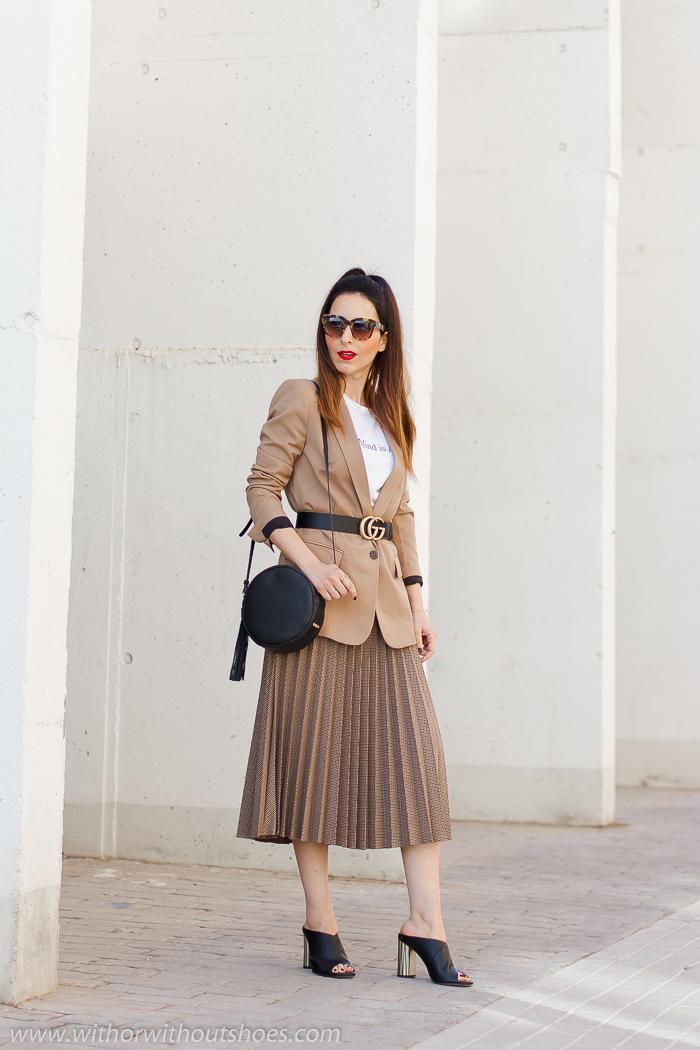 look de oficina urban chic comodo estiloso chaqueta blazer cinturon Gucci y falda plisada