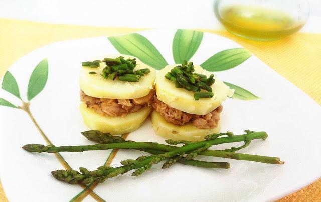 patata troceada con atun y esparragos en un plato