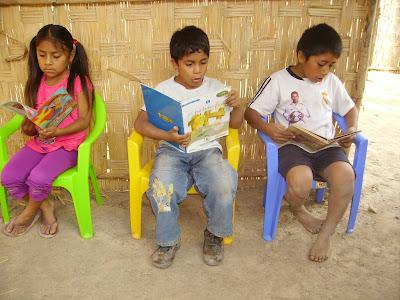 Resultado de imagen de niño pobre leyendo