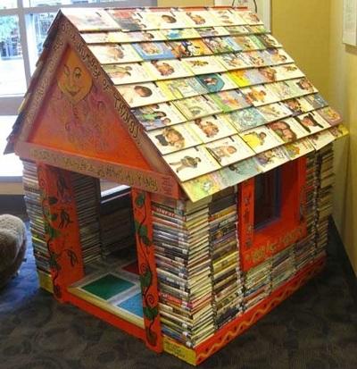31. Rumah mainan terbuat dari buku-buku.