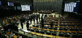 Câmara aprova projeto que libera terceirização de atividades nas empresas.