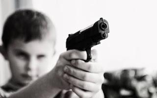 Menino de 9 anos brinca com arma e dispara acidentalmente contra primo de 7