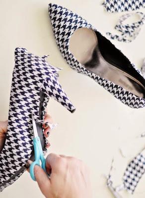 zapatillas renovadas con un pedazo de tela