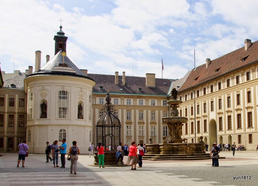 Второй двор Пражского града с фонтаном и колодцем. Слева - капелла Святого Креста (1758-1763 гг.).