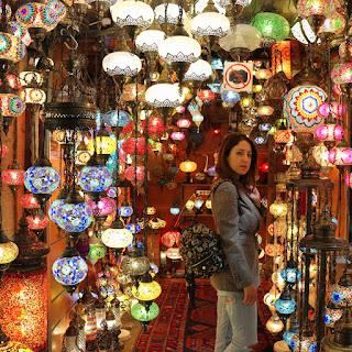 Grand Bazar di Istanbul, Alessia Siena in un tipico negozio di lampade