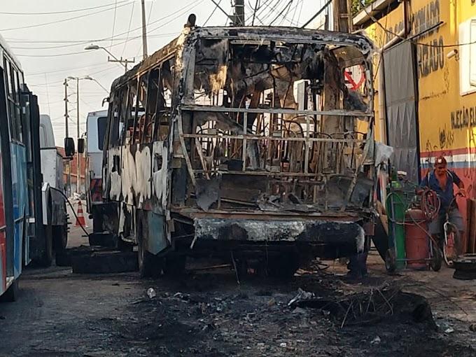 Criminosos incendeiam ônibus e explodem bomba em viaduto durante série de ataques em Fortaleza e Caucaia