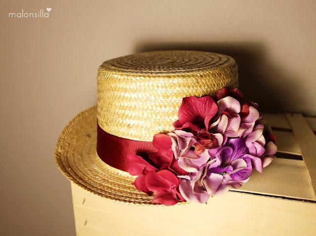 Sombrero de copa alta para boda tipo chistera  de paja natural con flores en burdeos y malva