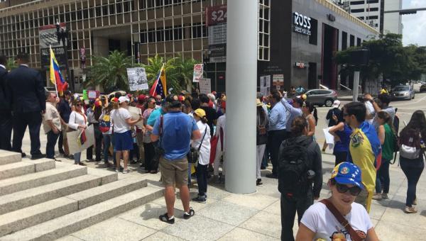 """Más Venezolanos en Miami protestan contra Goldman Sachs por """"financiar la dictadura"""""""