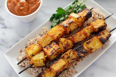 Espetinhos de Tofu e Abacaxi com Molho Picante de Manga (vegana)