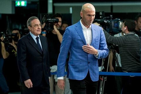 Zidane và Chủ tịch Perez bước vào phòng họp báo tối 4/1 (giờ địa phương, rạng sáng 5/1 giờ Việt Nam).