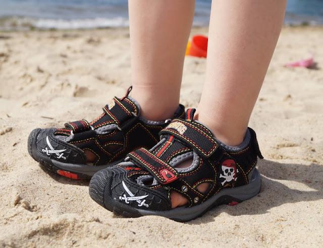 Mit tollen Kinderschuhen am Strand unterwegs (+ Verlosung)! Hier: Sandalen mit Klettverschlüssen und coolen Piraten-Motiven in schwarz-rot