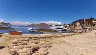 Grande embarcação no cais da Ilha do Sol.