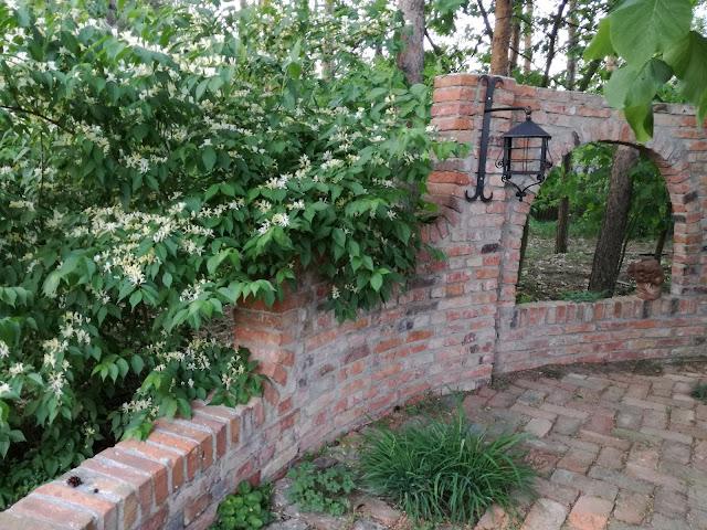mała architektura ogrodowa, cegła
