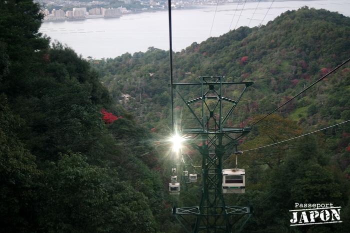 Descente en téléphérique à la tombée de la nuit, Miyajima, Hiroshima-ken