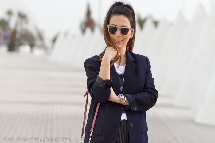 Blogger influencer con look con falda plisada en Ciudad de las Artes y las Ciencias de Valencia