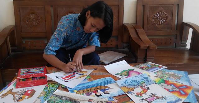 Hannani Trishima Anjani sedang menggambar kartun untuk kontes internasional.