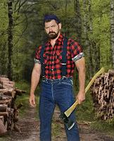 Ormanda elinde balta ve oduncu gömleğiyle bir oduncu