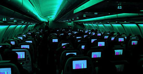 Interior de avião com luzes fracas