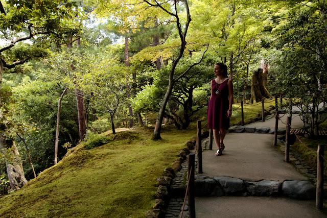Lena paseando por los jardines del Pabellón de Plata de Kioto