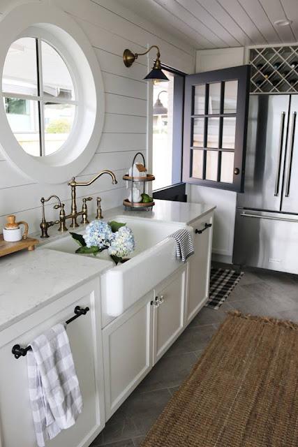 Phần bếp được bố trí với ô cửa sổ hình tròn lấy ánh sáng tự nhiên
