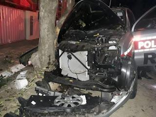 Dois policiais ficam feridos ao bater viatura em árvore durante perseguição, na Paraíba