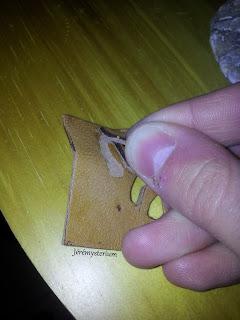 Déchirement de cuirs collés à la colle de peau