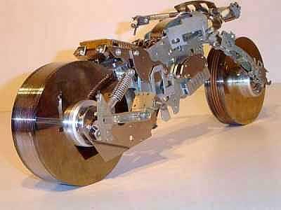 Motocicleta creativa hecha con partes de computadoras