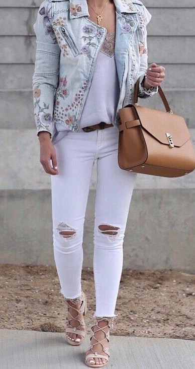 fashion look: printed denim jacket + top + white rips + sandals + bag
