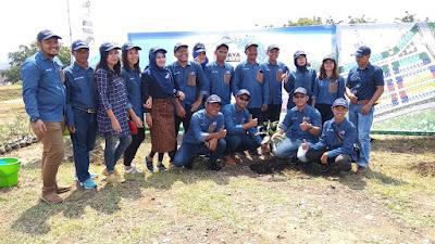 Para staf dari PT. PT Bukit Semarang Jaya Metro berfoto bersama saat acara seremonial tanam pertama di cluster Siranda View.