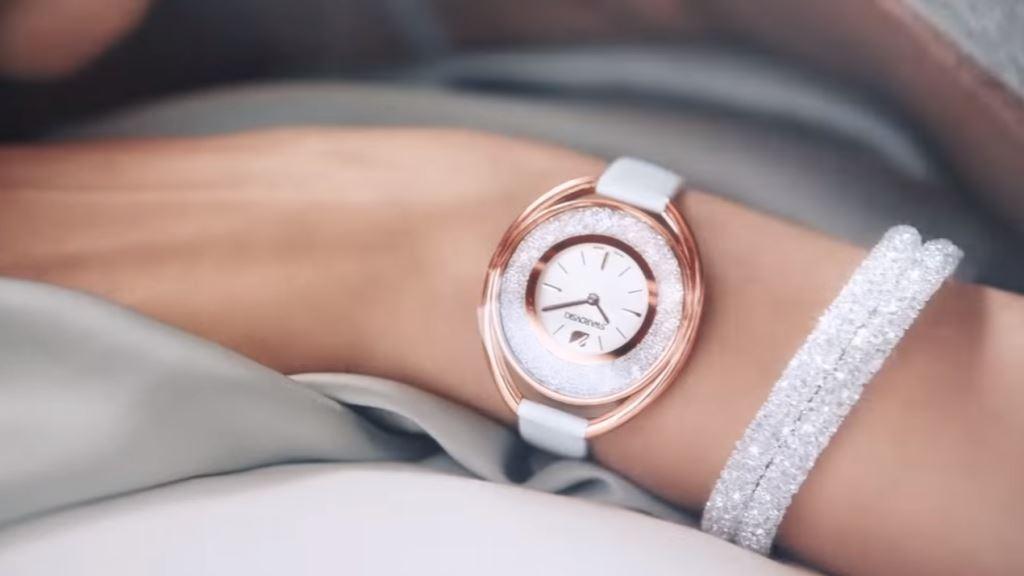 modella swarovsky bracciale crystaldust bionda testimonial spot 2016