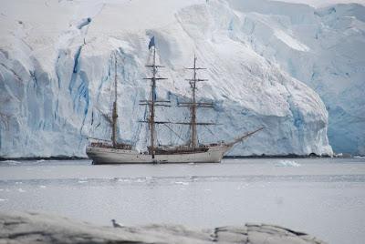 Un barco surcando el mar de la antártida para dar pie a la verdadera historia de los primeros exploradores anónimos de la antártida a bordo del San Telmo